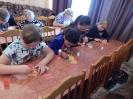 Участники мастер-класса по изготовлению красочных фигурок бурундука