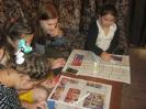 Участники творческого мастер-класса по изготовлению флага Краснотурьинска