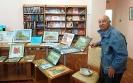 Федор Тылик возле выставки своих картин в Центральной городской библиотеке