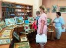 Посетители выставки вышитых картин краснотурьинского мастера Федора Тылика в Центральной городской библиотеке