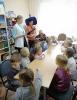 Юные исследователи объединения «Эколог» Станции юных натуралистов рассказали воспитанникам детского сада № 34 об изобретении бумаги, стекла и пластика