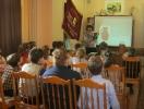 Ведущая познавательной программы «Город, в котором я живу» Ирина Живаева рассказала школьникам об интересных музейных экспонатах
