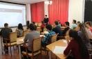 Ведущий диктанта Владимир Бусыгин, учитель географии школы № 23, провел небольшую вступительную викторину и прокомментировал задания диктанта