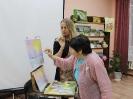 Участница мастер-класса «Волшебные мазки» известной в городе молодой художницы Юлии Белоусовой в центральной детской библиотекеотеке