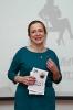 Начинающий краснотурьинский автор Лидия Кулиш подарила свои книги понравившимся участникам баттла. Фото: Дмитрий Кусков.