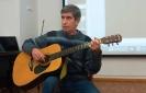 Артист музыкально-поэтического клуба «Дар» Александр Бушуев