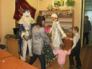 Участники программы дружно пели любимую всеми песенку «В лесу родилась ёлочка» и водили хоровод с Дедушкой Морозом и Снегурочкой