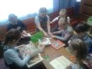 Участники акции по ремонту книг «Лечим книгу» в Центральной городской библиотеке