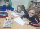 Участники литературно-творческого занятия «Карандаш пришел с друзьями» в библиотеке № 6 поселка Чернореченск