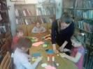 Читательница библиотеки № 2 поселка Воронцовка Любовь Шабанова проводит творческий мастер-класс для юных читателей библиотеки