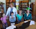 Читательница библиотеки № 2 поселка Воронцовка Любовь Шабанова (крайняя справа)
