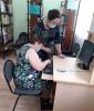 Посетители занятий по компьютерной грамотности в библиотеке № 6 поселка Чернореченск