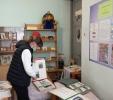 Посетительница краеведческой фотовыставки «Из истории поселка Воронцовка» в библиотеке № 2
